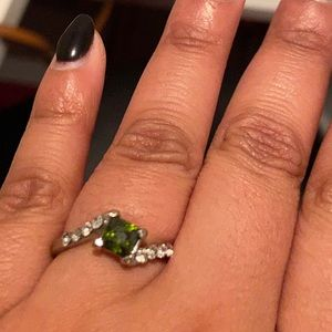 emerald colored fashion ring size 7